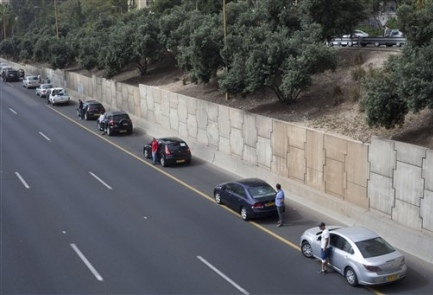 Israeli drivers stopped their cars at 10:00 am this morning and stood at attention as sirens sounded for two minutes in memory of those who died in the Holocaust.
