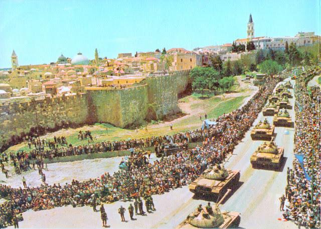 Israeli tanks enter Jerusalem in parade formation.