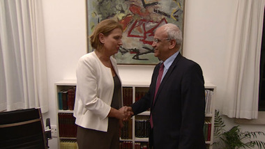 "Livni with Erekat--Israel's peace ""negotiator"" is unhappy with her ability to give concessions to the Palestinians (picture source: Walla)."
