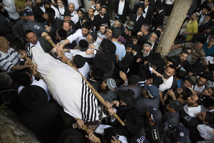 Rav Yosef is laid to rest in Sanhedria (picture source: www.vosizneias.com ).
