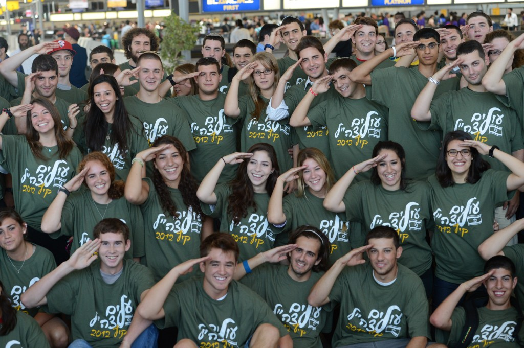 Another group of new immigrants arrive from North America via Nefesh B'Nefesh.