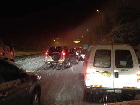 Drivers stranded on Highway 1 between Tel Aviv and Jerusalem early this morning (picture source: walla).