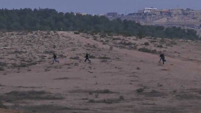 Illegal Palestinians running across the border yesterday (Picure: Eli Mandelbaum, Uri Davidovich, Yogev Atias).