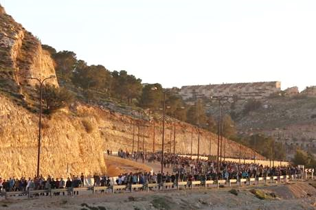 Part of the marchers a few hours ago as they wound their way toward Mevasseret Adumim (picture: Arutz Sheva).