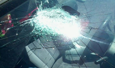 The windshield of the woman's car (picture: rotter).
