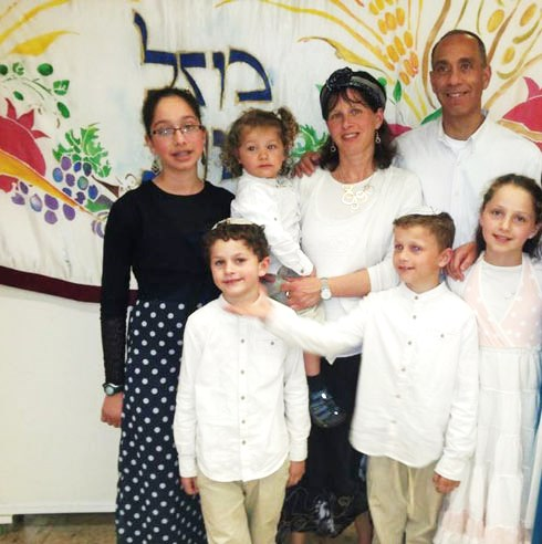 Mizrahi with his wife Hadas and their five children (picture: walla).