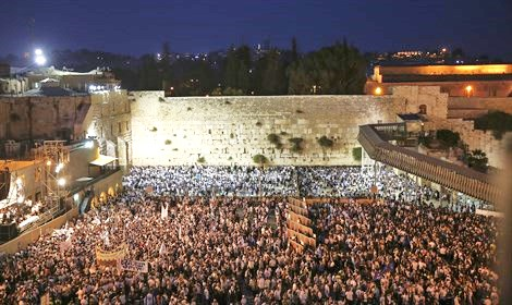 A small part of the massive crowd at the Kotel last night (picture: Maariv).