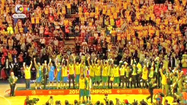 Maccabi Tel Aviv receives the trophy in Milan yesterday after winning the Euroleague championship (photo: Channel 10).
