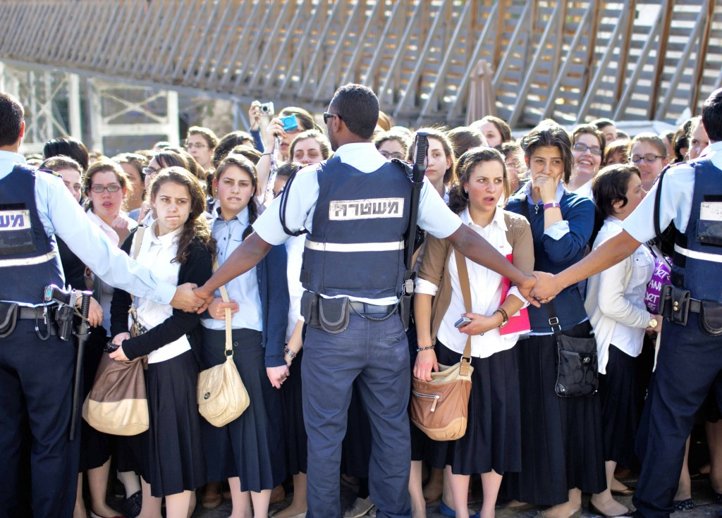 An all too common sight today as young Zionist girls find themselves blocked by Jerusalem Police (photo: walla).