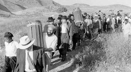 "Refugees fleeing the ""West Bank"" after the 1967 war. Of course, this picture is of Jews who were being ethnically cleansed by the Palestinians and Jordanians:note the Torahs. Picture: sullivan-county.com/."