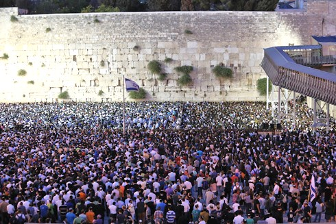 A small part of the crowd packed into the Kotel plaza last night (photo: Gil Yochanon).