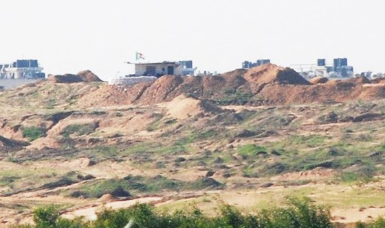 Note the Hamas military outposts on top of the berms, one of which has a Palestinian flag (photo: Barel Ephraim).