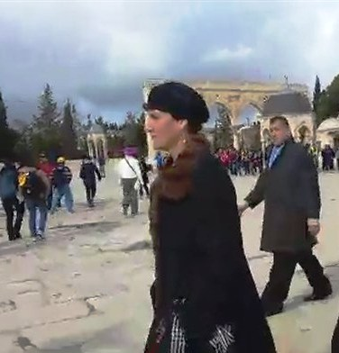 A determined Shulim Mualem strides across the Temple Mount. Note the man from the Islamic Wakf shadowing her in the background (picture: Arutz Sheva).