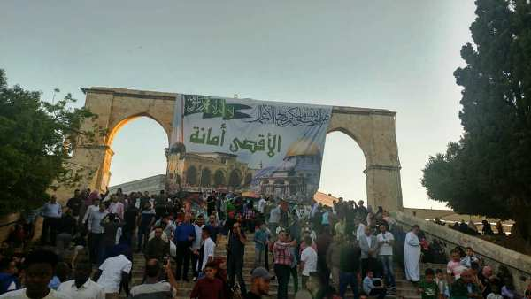 One of the many terrorist banners currently festooning the Mount. How and why do the Israeli security forces allow this?