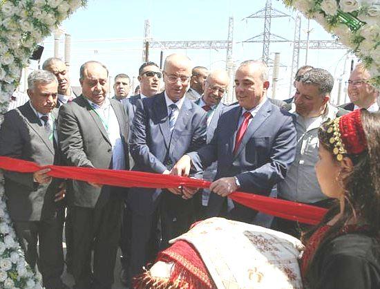 Hamdallah and Steinetz cut the ribbon at the new Jenin electrical substation (photo AFP).