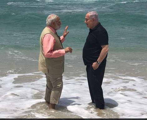 Modi and Netanyahu hold a discussion in the surf (picture: Netanyahu).