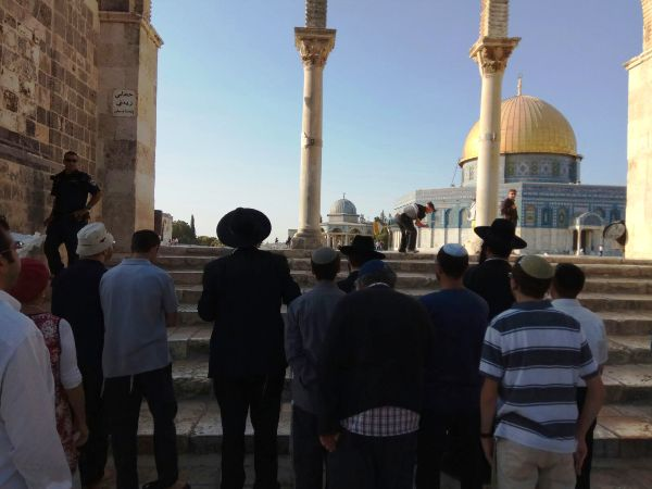 Remember this incredibly tragic picture we posted last month of a group of Jews not being permitted to climb the seven steps up to the level of the Kipat HaSela (Dome of the Rock).