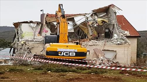 A tractor of the Israel Civil Administration destroying a Jewish home last week (picture hakolhayehudi).
