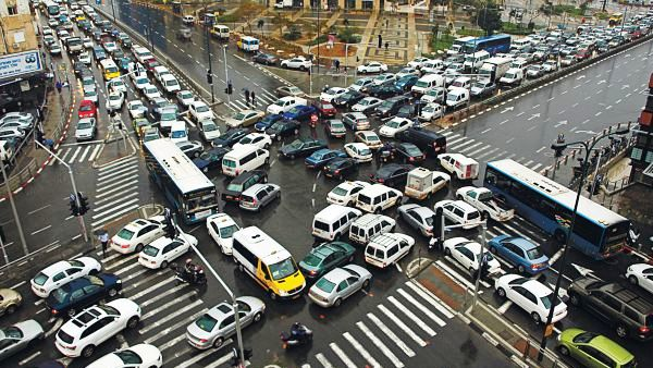 A Tel Aviv intersection at 7 am. The situation does not get any better all day. However, if you think this is bad, multiply it by 100 and you have New Delhi (photo: Haaretz).