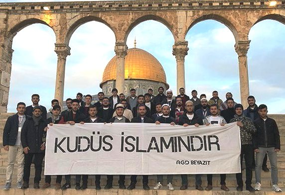 """A delegation of Turkish students on the Temple Mount several days ago. The sign reads: """"Jerusalem is Islamic."""""""