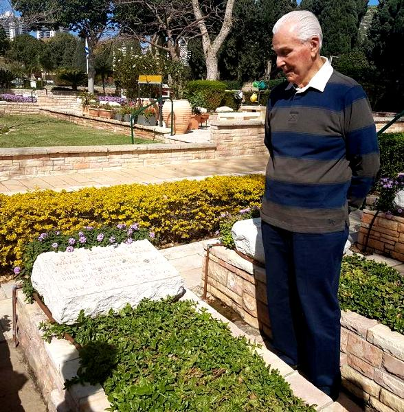91-year-old Elgin Long at the grave of in Haifa yesterday.