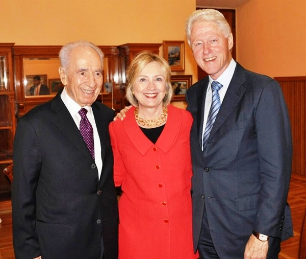 Shimon Peres with the Clintons. How far did the collusion go? (Photo Flash 90).